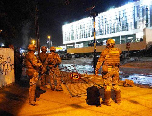 Desconocidos atacaron comisaría de carabineros e incendiaron varios vehículos en Concón